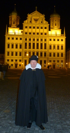 Elias Holl während einer Gästeführung vor dem Augsburger Rathaus