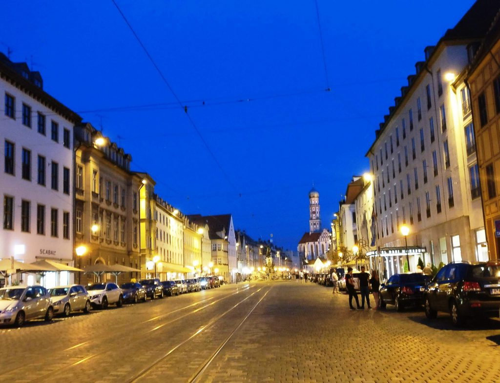 Die Augsburger Maximilianstraße zur Blauen Stunde romantisch beleuchtet.