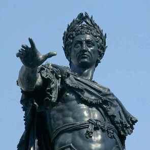 Kaiser Augustus auf dem Augustusbrunnen auf dem Rathausplatz in Augsburg