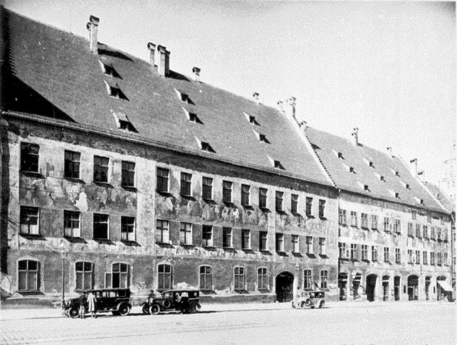 Fuggerpalast mit Freskierung vor 1944