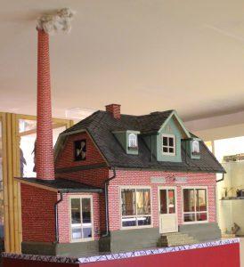 Museumsführung mit Modell einer mechanischen Werkstätte im Lechfeldmuseum