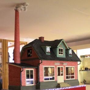 Ausstellungsmodell eines Werkstatthauses mit Schlot im Lechfeldmuseum in Königsbrunn